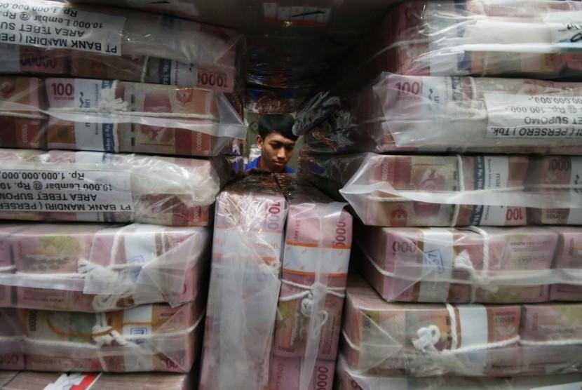 Utang Pemerintah: Petugas memeriksa uang di 'cash center' Plaza Mandiri, Jakarta, Kamis (21/2/2019).