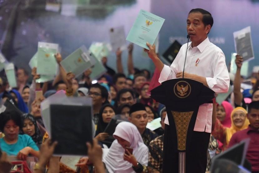 Jokowi Bagi Sertifikat