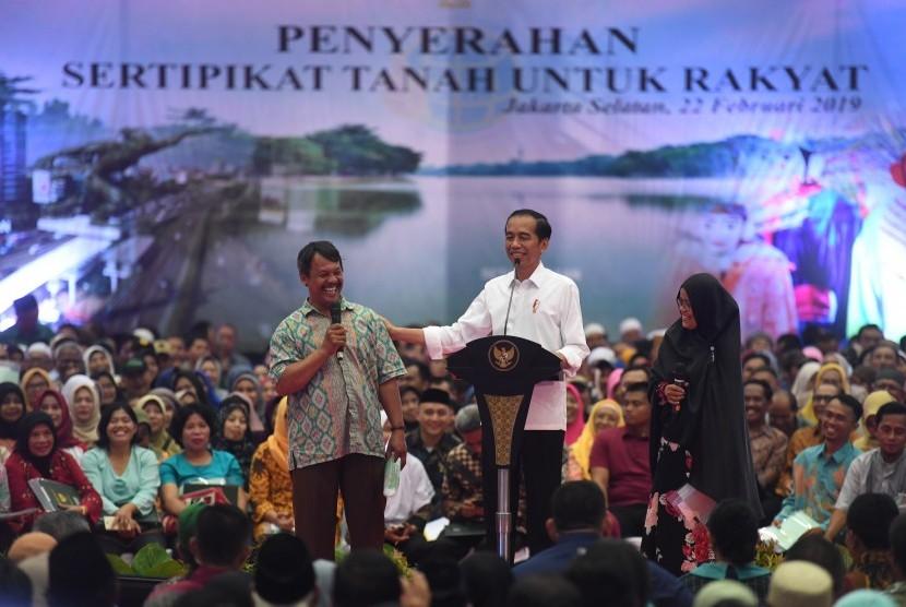 Jokowi Bagi Sertifikat: Presiden Joko Widodo (tengah) berdialog dengan warga saat Penyerahan sertifikat tanah untuk rakyat di Gelanggang Remaja Pasar Minggu, Jakarta, Jumat (22/2/2019).