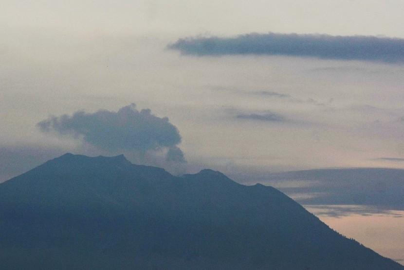Aktivitas Gunung Agung: Gunung Agung mengeluarkan asap terlihat dari Denpasar, Bali, Jumat (22/2/2019).