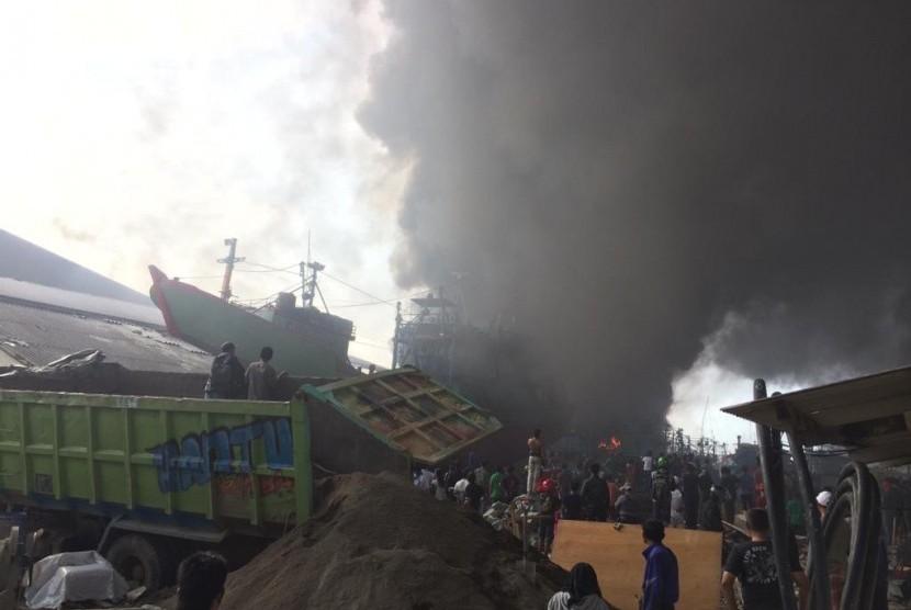 Kapal Ikan Terbakar: Kapal penangkap ikan terbakar di Pelabuhan Muara Baru, Jakarta Utara, Sabtu (23/2).