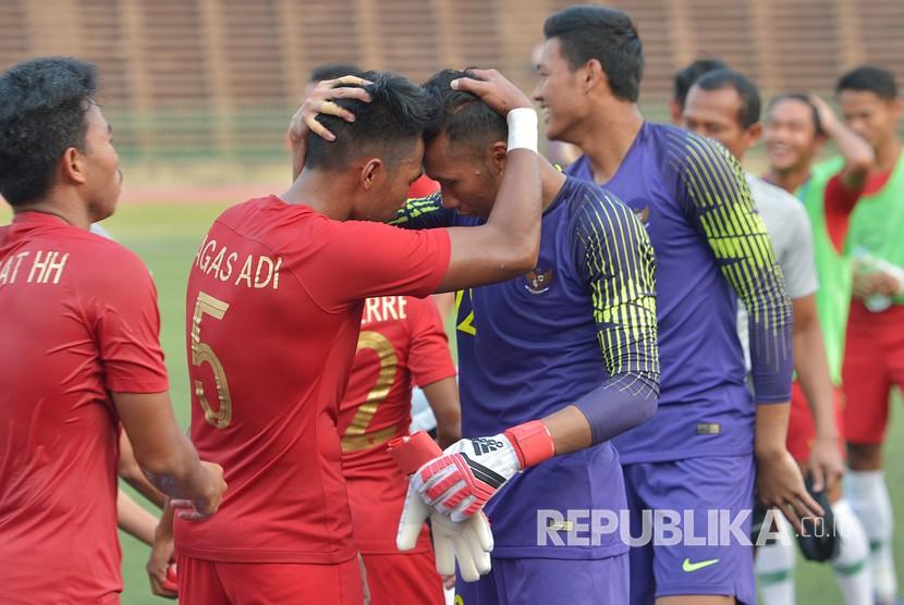 Para pemain Indonesia merayakan kemenangan Semi Final Piala AFF U-22 melawan Vietnam di Stadion Nasional Olimpiade Phnom Penh, Kamboja, Ahad (24/2/2019).