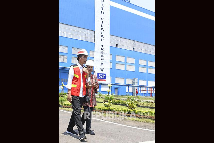Jokowi Peresmian PLTU Cilacap: Presiden Joko Widodo (kiri) bersama Menteri BUMN Rini Soemarno meninjau PLTU Cilacap Ekspansi 1x660 MW di Karangkandri, Cilacap, Jawa Tengah, Senin (25/2/2019).