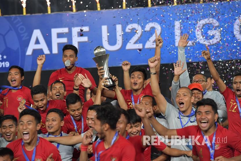 Para pemain Timnas U-22 mengangkat Piala AFF U-22 seusai penganugerahan piala tersebut di Stadion Nasional Olimpiade Phnom Penh, Kamboja, Selasa (26/2/2019).