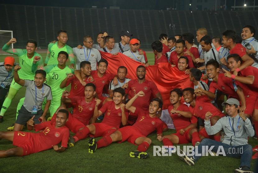 Pemain Timnas U-22 merayakan kemenangan seusai pertandingan final Piala AFF U-22 2019 di Stadion Nasional Olimpiade Phnom Penh, Kamboja, Selasa (26/2/2019).