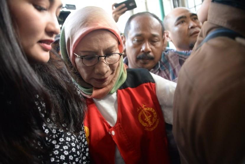 Tersangka kasus penyebaran berita bohong atau hoaks Ratna Sarumpaet saat tiba untuk menjalani sidang perdana di Pengadilan Negeri Jakarta Selatan,Kamis (28/2019).