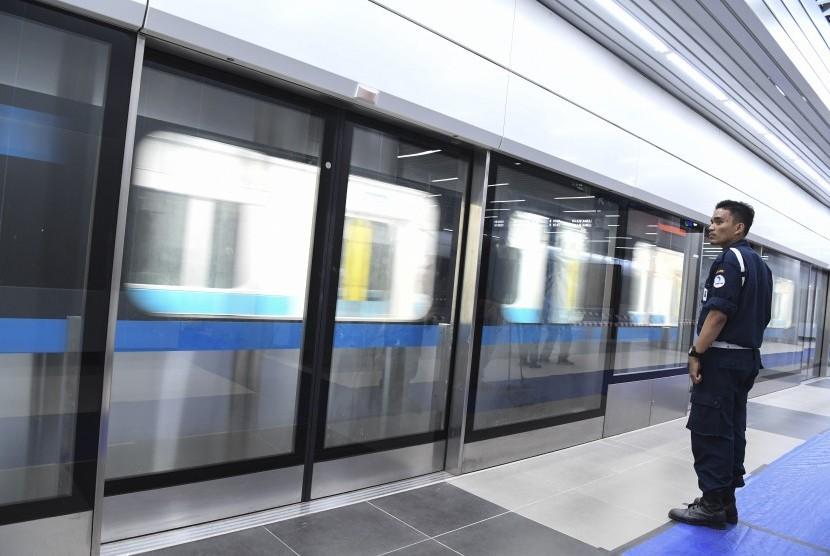 Uji Coba MRT: Petugas keamanan berjaga saat uji coba pengoperasian MRT (Mass Rapid Transit) fase I koridor Lebak Bulus - Bundaran HI di Stasiun Bundaran HI, Jakarta, Kamis (28/2/2019).