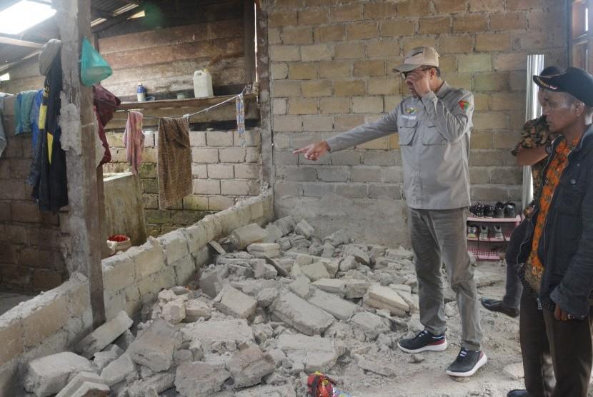 Gempa Bumi Solok Selatan: Warga menunjukan rumahnya yang rusak akibat gempa bumi di Nagari Talunan Maju, Kecamatan Sangir Balai Janggo, Kabupaten Solok Selatan, Sumatera Barat, Kamis (28/2/2019).