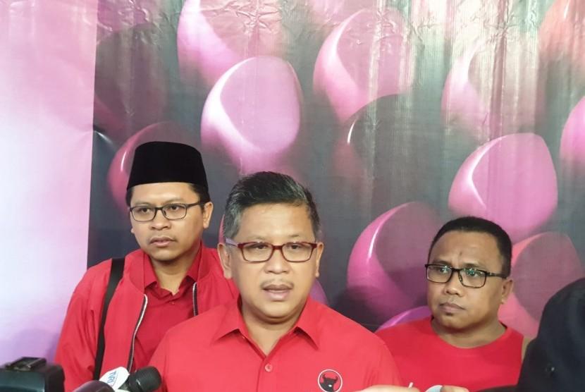 Safari Politik Lampung: Sekjen PDIP Hasto Kristianto memberi keterangan pada wartawan sebelum melakukan safari politik ke Lampung. Jumat (1/3).
