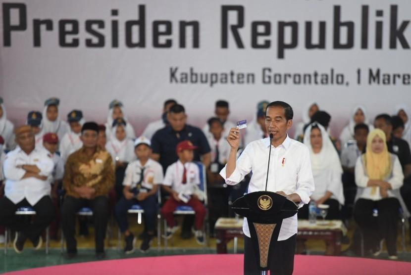 Jokowi Penyaluran KIP: Presiden Joko Widodo berpidato saat penyerahan Kartu Indonesia Pintar (KIP) di Gorontalo, Jumat (1/3/2019).