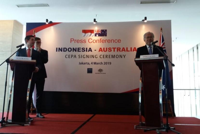 Menteri Perdagangan Indonesia Enggartiasto Lukita (kanan) bersama Menteri Perdagangan, Pariwisata, dan Investasi Australia Hon Simon Birmingham (kiri) saat memberikan keterangan pers terkait penandatanganan kerja sama dagang Indonesia-Australia Comprehensive Economic Partnership Agreement (IA-CEPA), di Jakarta, Senin (4/3).