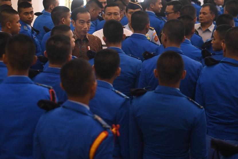 Presiden Joko Widodo (tengah) berdialog dengan siswa SMA Taruna Nusantara di Istana Bogor, Jawa Barat, Senin (4/3).