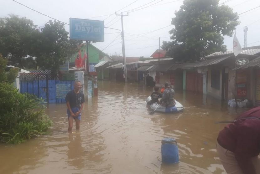 Banjir di Kabupaten Bandung, tepatnya di Baleendah, Bojongsoang dan Dayeuhkolot semakin meluas, Kamis (7/3). Akibat hujan deras yang terjadi, Rabu (6/3) siang.