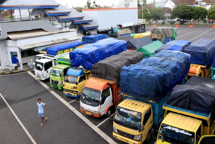 Sejumlah truk pengangkut logistik parkir di Pelabuhan Ketapang, Banyuwangi, Jawa Timur, Kamis (7/3/2019).