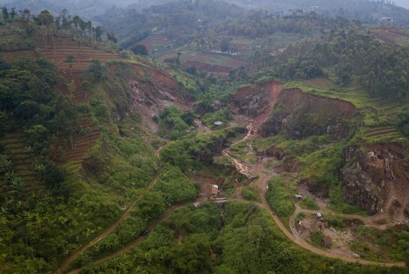Foto udara kerusakan alam akibat aktivitas penambangan di Kawasan Bandung Utara, Cimenyan, Kabupaten Bandung, Jawa Barat, Kamis (7/3/2019).