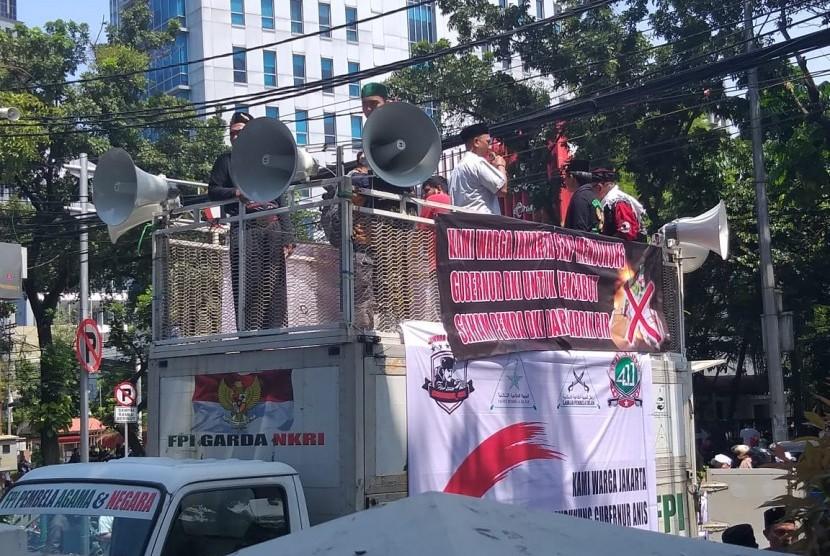 Massa aksi di depan gedung DPRD DKI Jakarta kritik dewan dan mendukung Pemerintah Provinsi DKI Jakarta melepas saham PT Delta Djakarta Tbk, Jakarta Pusat, Jumat (8/3)