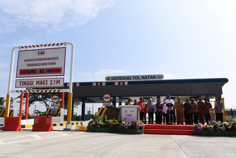 President Joko Widodo inaugurates Bakauheni-Terbanggi Besar toll road, Natar exit gate, South Lampung, Lampung, Friday (March 8).