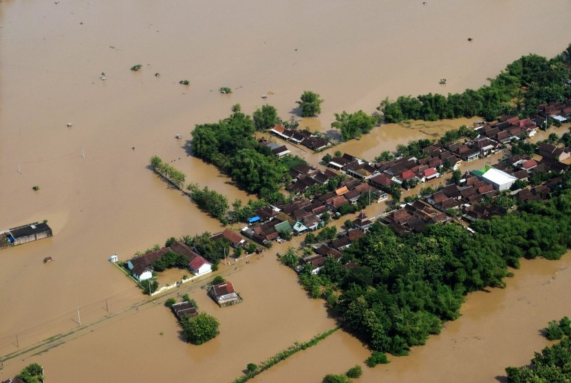 Kondisi banjir di wilayah Kabupaten Ngawi difoto dari udara dengan pesawat Helikopter NAS-332 Super Puma dari Skadron Udara 6 Lanud Atang Sanjaya Bogor yang dipiloti Mayor Pnb Nugroho Tri dan co-pilot Lettu Pnb Septian Sihombing yang sedang bertugas Bawah Kendali Operasi (BKO) di Lanud Iswahjudi, di Ngawi, Jawa Timur, Jumat (8/3/2019).