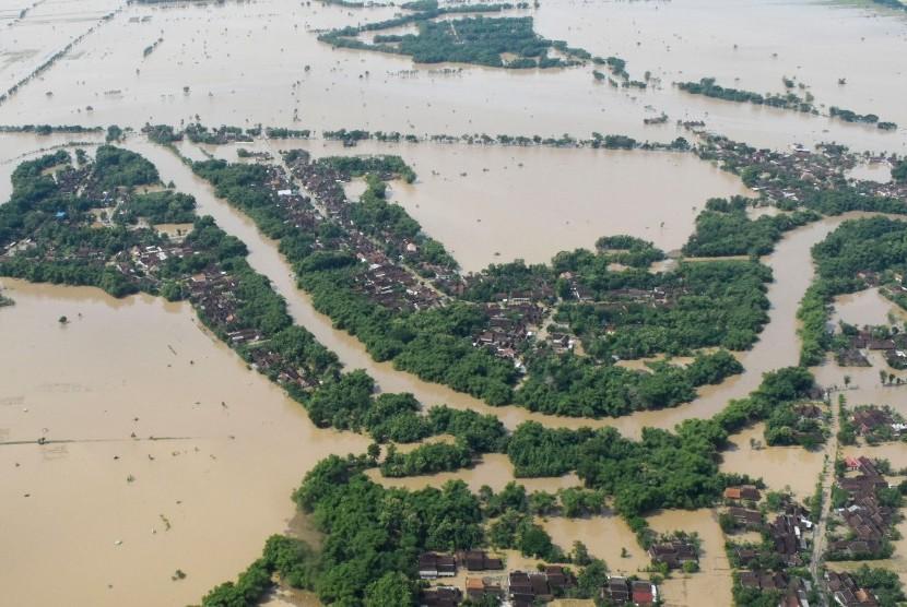 Kondisi banjir di wilayah Kabupaten Madiun difoto dari udara menggunakan pesawat Helikopter NAS-332 Super Puma dari Skadron Udara 6 Lanud Atang Sanjaya Bogor yang dipiloti Mayor Pnb Nugroho Tri dan co-pilot Lettu Pnb Septian Sihombing yang sedang bertugas Bawah Kendali Operasi (BKO) di Lanud Iswahjudi, di Madiun, Jawa Timur, Jumat (8/3/2019).