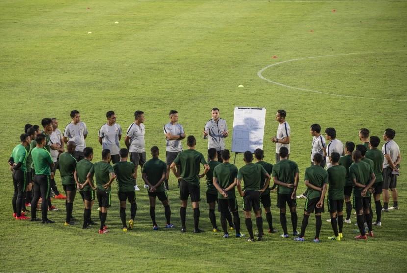 Pelatih timnas senior Indonesia Simon McMenemy (tengah) menyampaikan arahan kepada para pesepak bola timnas senior Indonesia dalam sesi latihan di Stadion Madya, Kompleks Gelora Bung Karno, Senayan, Jakarta, Jumat (8/3/2019).