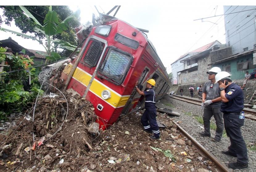 Petugas PT KAI mengevakuasi KRL Commuter Line 1722 yang anjlok di pintu perlintasan Kebon Pedes, Tanah Sareal, Kota Bogor, Jawa Barat, Minggu (10/3/2019).