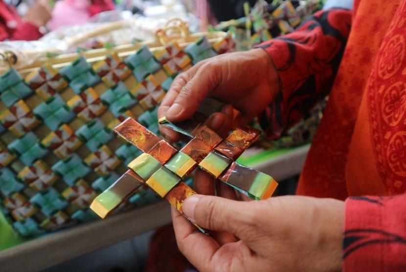 Salah satu anyaman kemasan saset yang dirangkai hingga membentuk sebuah produk daur ulang oleh Bank Sampah Induk (BSI) Gesit, Menteng Pulo, Jakarta Selatan.