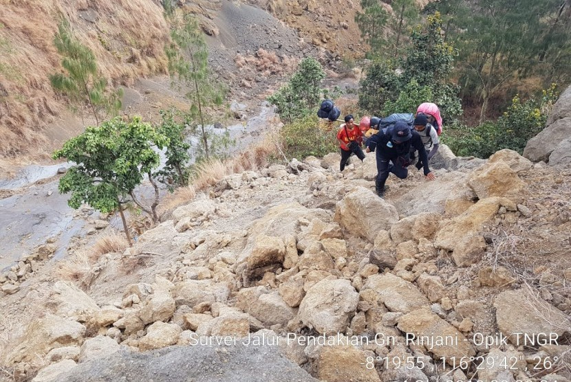 Petugas Balai Taman Nasional Gunung Rinjani (TNGR) melakukan survei jalur pendakian pada Oktober 2018.