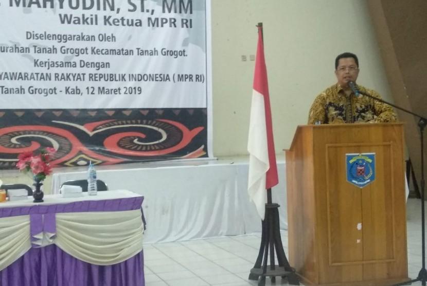 Wakil Ketua MPR Mahyudin  menyampaikan materi sosialisasi 4 pilar MPR RI di Kecamatan Tanah Grogot, Paser, Kalimantan Timur, Selasa (12/3)