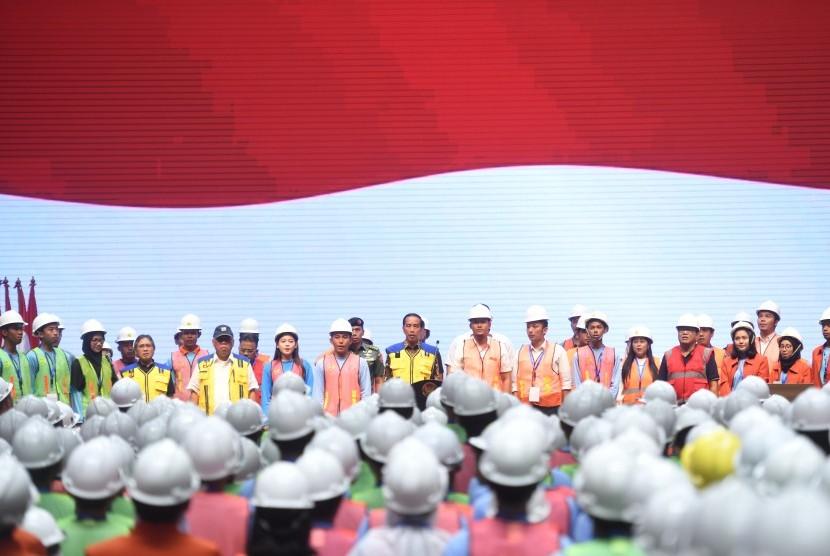 Presiden Joko Widodo (tengah) menghadiri peluncuran sertifikat elektronik tenaga kerja konstruksi Indonesia di Istora Senayan, Jakarta, Selasa (13/3/2019).