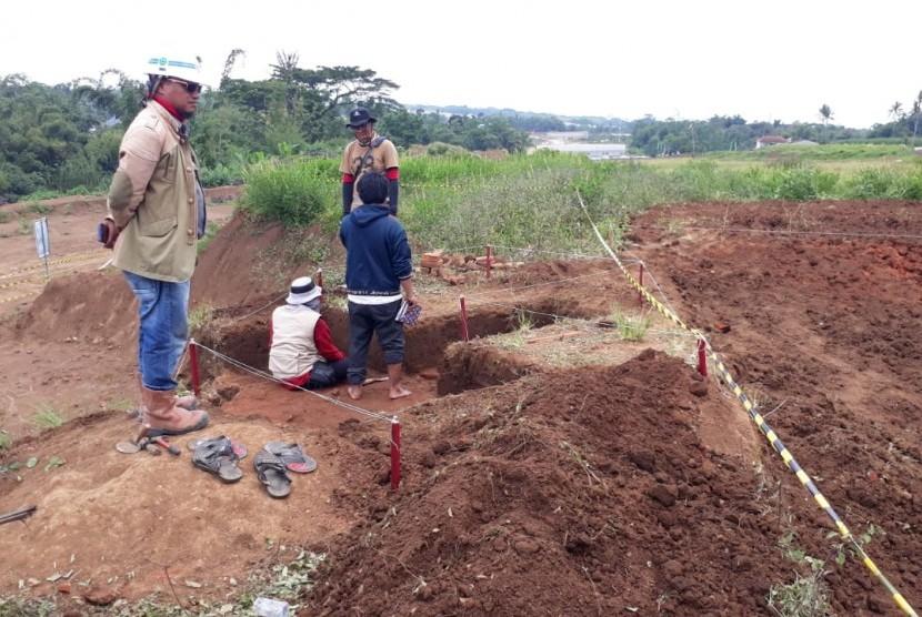 Tim arkeolog mengekskavasi situs Majapahit di atas lahan pembangunan tol Pandaan-Malang, Sekarpuro, Pakis, Kabupaten Malang, Rabu (13/3).