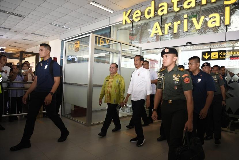 Presiden Joko Widodo (tengah) meninjau pengembangan terminal Bandara Depati Amir usai peresmian Bandara dan Kawasan Ekonomi Khusus Tanjung Kelayang di Pangkal Pinang, Kepulauan Bangka Belitung, Kamis (14/3/2019).