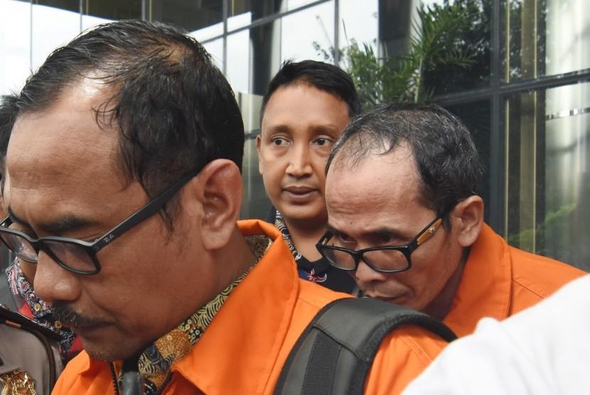 Kakanwil Kemenag Jawa Timur Haris Hasanuddin (kiri) dan Kepala Kantor Kemenag Kabupaten Gresik Muhammad Muafaq Wirahadi (kanan) mengenakan rompi tahanan usai diperiksa di gedung KPK, Jakarta, Sabtu (16/3/2019).
