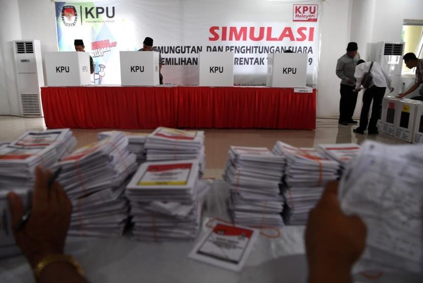 Sejumlah penyelenggara Pemilu 2019 melakukan pencoblosan kertas suara di bilik suara saat simulasi pemungutan dan perhitungan suara pemilihan umum 2019 di Sumenep, Jawa Timur, Sabtu (16/3/2019).