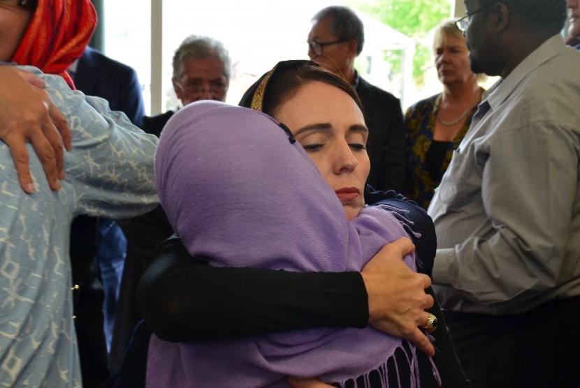 Perdana Menteri Selandia Baru Jacinda Ardern, bertemu dengan anggota komunitas Muslim setelah penembakan massal di dua masjid Christchurch, Selandia Baru, 16 Maret 2019.