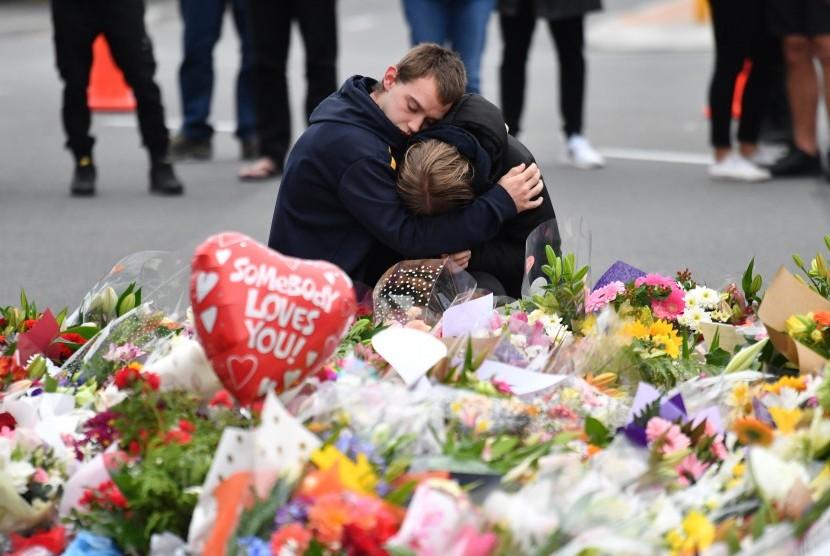 Anggota masyarakat berduka di sebuah memorial bunga di dekat Masjid Al Noor di Deans Rd, Christchurch, Selandia Baru, 16 Maret 2019.