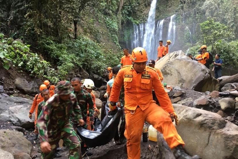 Tim Sar Gabungan berhasil mengevakuasi korban longsor di air terjun Tiu Kelep, Lombok Utara, pada Senin (18/3) pagi.