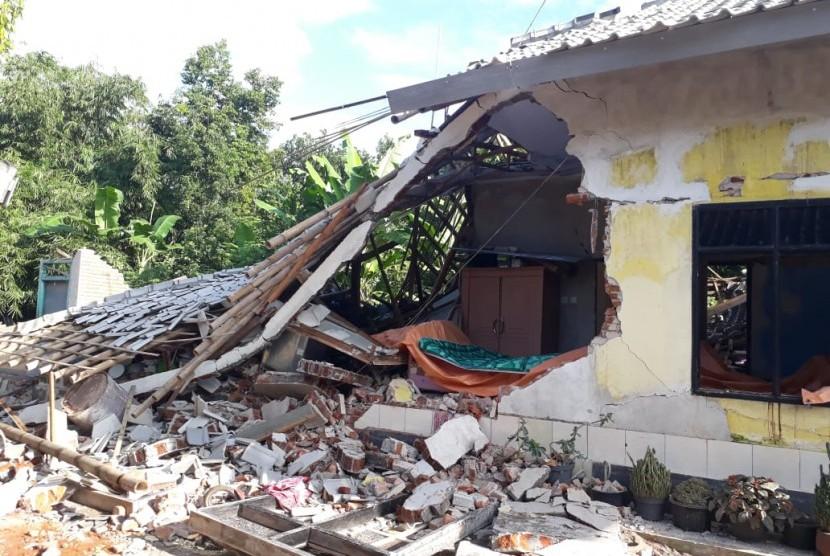 Sejumlah rumah di Desa Pesanggrahan, Kecamatan Montong Gading, Kabupaten Lombok Timur, roboh akibat gempa yang melanda Lombok pada Ahad (17/3).