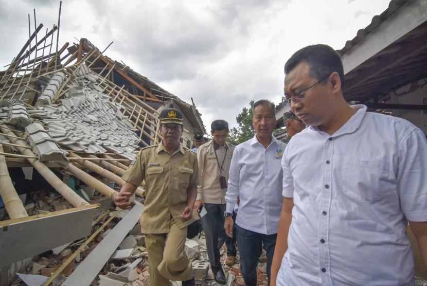Mensos Agus Gumiwang Kartasasmita (kedua kanan) didampingi Gubernur NTB Zulkieflimansyah (kanan) meninjau dampak gempa bumi di Desa Pesanggrahan, Kecamatan Montong Gading, Selong, Lombok Timur, NTB, Senin (18/3/2019).