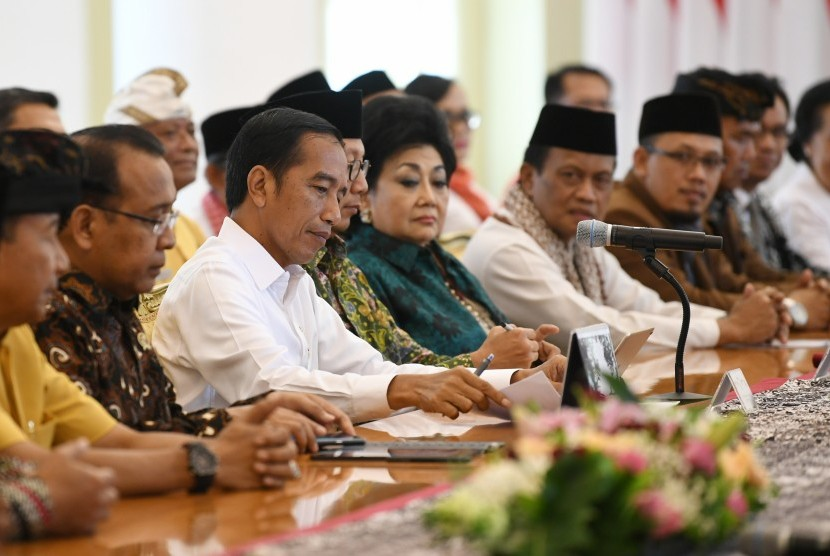 Presiden Joko Widodo (ketiga kiri) didampingi Mensesneg Pratikno (kedua kiri) menerima perwakilan Forum Kerukunan Umat Beragama (FKUB) di Istana Bogor, Jawa Barat, Senin (18/3/2019).