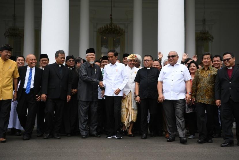 [ilustrasi] Presiden Joko Widodo (tengah) berbincang dengan perwakilan Forum Kerukunan Umat Beragama (FKUB) di halaman Istana Bogor, Jawa Barat, Senin (18/3/2019).