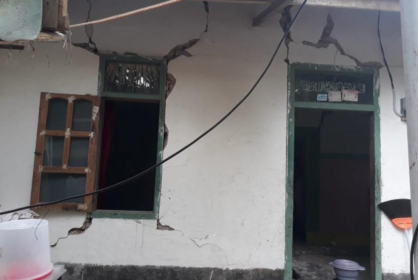 Kondisi rumah rusak akibat gempa di Desa Pesanggrahan, Kecamatan Montong Gading, Kabupaten Lombok Timur, Senin (18/3).
