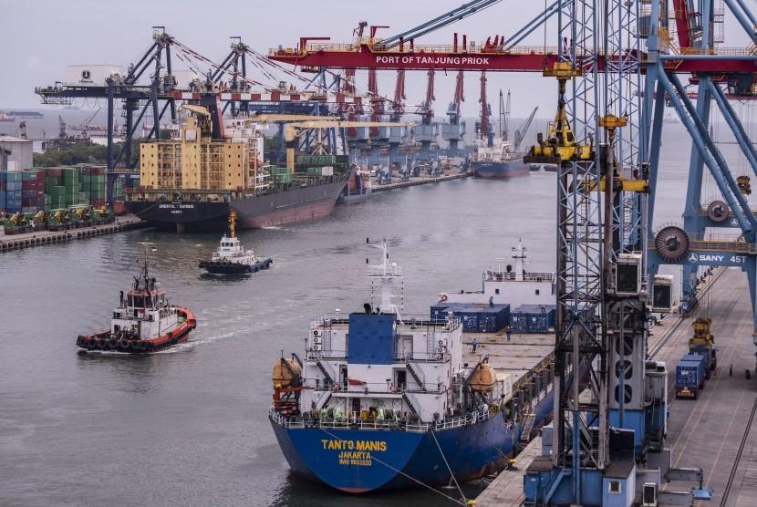 Sejumlah kapal melakukan bongkar muat peti kemas di Pelabuhan Tanjung Priok, Jakarta. Pelabuhan ini menjadi salah satu dari 5 pelabuhan di Indonesia yang diusulkan menjadi pilot project penerimaan limbah laut di pelabuhan.