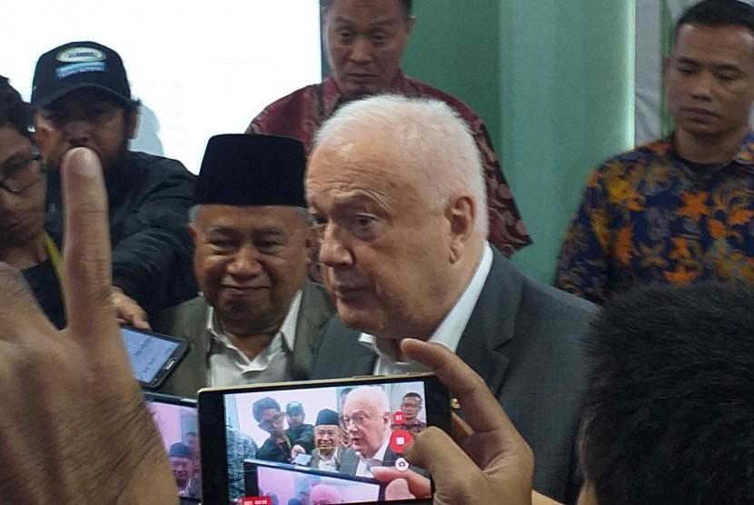Ketua Bidang Hubungan Luar Negeri MUI, KH Muhyiddin Junaidi dan Dubes Australia untuk Indonesia, Gary Quinlan di MUI Pusat, Selasa (19/3).