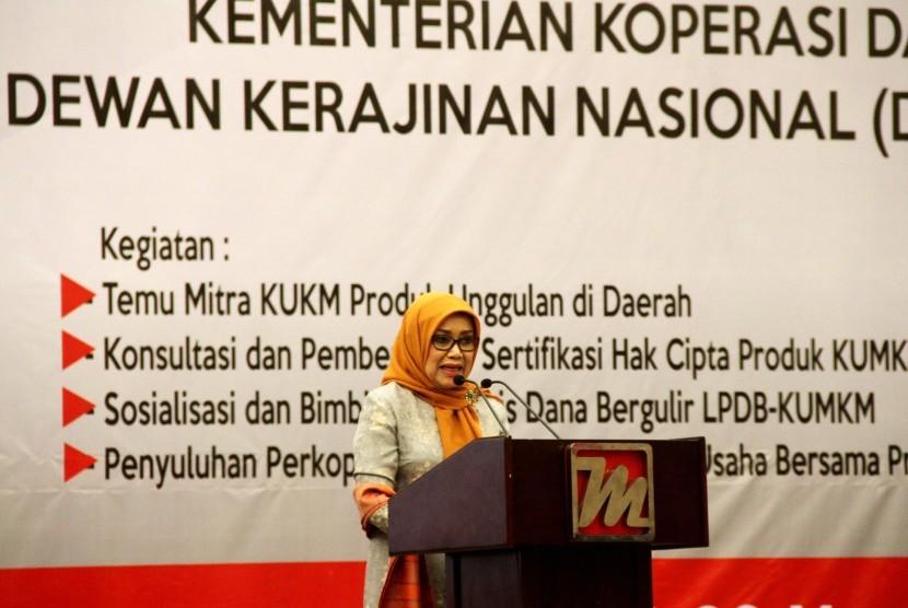 Ketua Umum Dewan Kerajinan Nasional Mufidah Jusuf Kalla memberikan sambutan dan membuka acara Sinergi Program Kementerian Koperasi dan UMKM dengan Dekranas dan Tim Penggerak PKK di Mamuju, Sulawesi Barat, Selasa (19/3/2019).