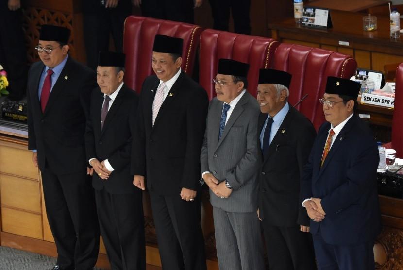 Ketua DPR Bambang Soesatyo (ketiga kiri) bersama wakil ketua Fadli Zon (kiri), Agus Hermanto (kedua kanan) dan Utut Adianto (kanan) berfoto bersama Hakim Mahkamah Konstitusi terpilih Wahiddudin Adams (kedua kiri) dan Aswanto (ketiga kanan) pada rapat paripurna Pembahasan dan Pengambilan Keputusan Calon Hakim MK di Kompleks Parlemen Senayan, Jakarta, Selasa (19/3/2019).