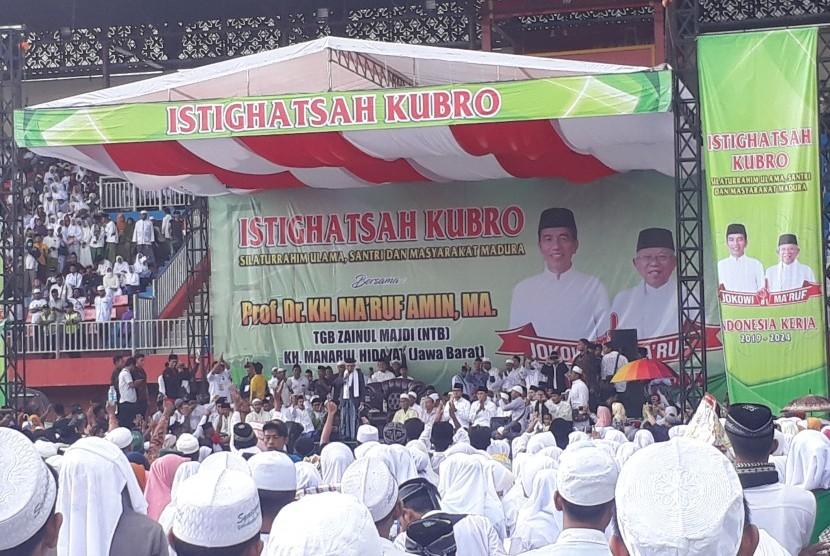 Calon Wakil Presiden nomor urut 01, KH. Ma'ruf Amin saat  menyampaikan tausiyah dalam acara Istighotsah Kubro yang digelar di Stadion  Gelora Ratu Pamelingan, Pamekasa Madura, Selasa (19/3).