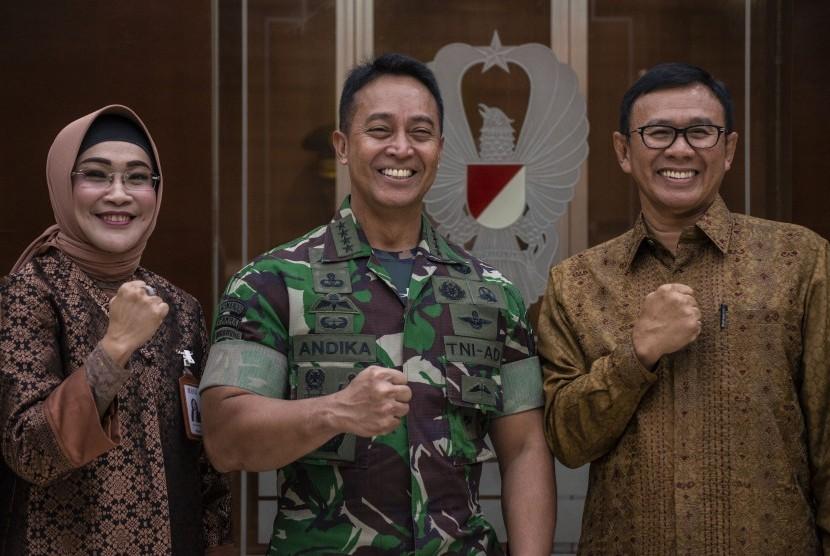 Kepala Staf Angkatan Darat (KSAD) Jenderal TNI Andika Perkasa (tengah), Direktur Utama BNI Achmad Baiquni (kanan) dan Direktur Hubungan Kelembagaan BNI Adi Sulistyowati berfoto bersama seusai penandatanganan perjanjian kerja sama Penggunaan dan Pemberian Jasa Pelayanan Bank, di Mabes TNI AD, Jakarta, Kamis (21/3/2019).