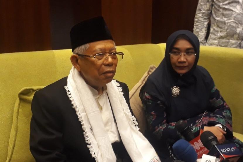 Calon Wakil Presiden nomor urut 01, KH. Ma'ruf Amin bersama  istrinya Wury Estu Handayani saat diwawancara di sela-sela sarafi  politiknya ke Balikpapan, Kalimantan Timur, Rabu (20/3) malam.