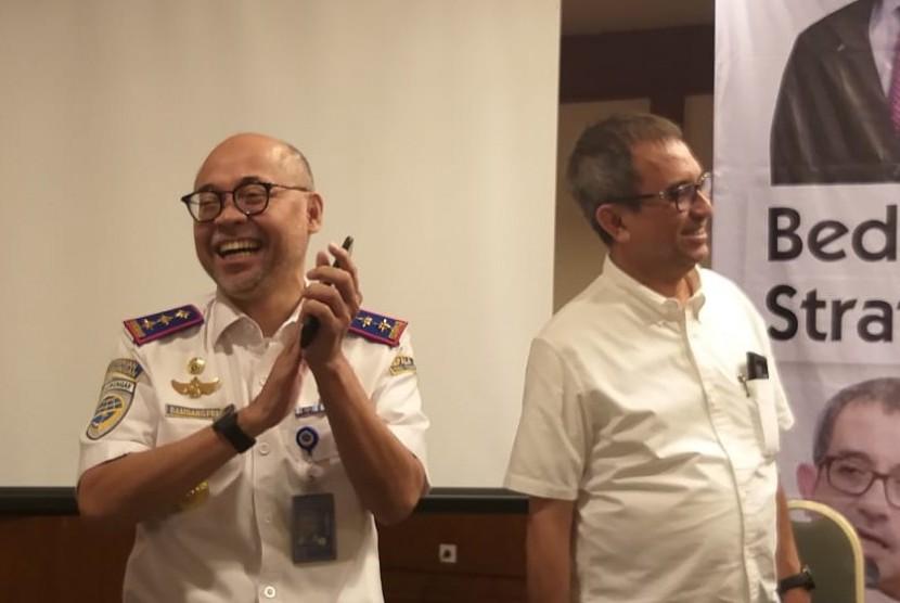 Kepala Badan Pengelola Transportasi Jabodetabek (BPTJ) Bambang Prihartono (kiri) dan pengamat kebijakan publik Agus Pambagio di kawasan Jakarta Pusat, Kamis (21/3).