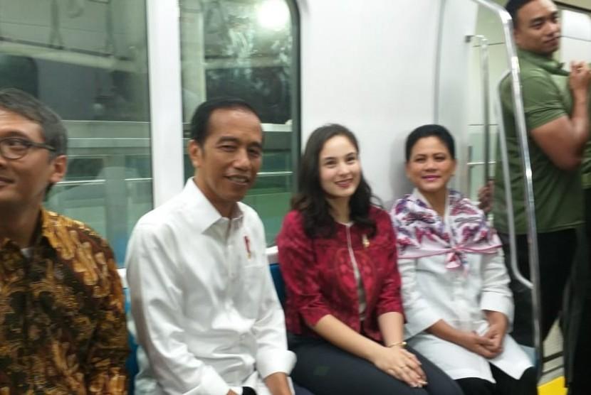 Aktris Chelsea Islan ikut menjajal MRT Jakarta bersama Presiden Jokowi, Kamis (21/3).